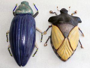 Två skalbaggar i keramik av Inga-Lisa Östman