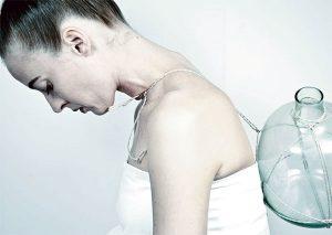 Kvinna med ryggsäck av glas, fotografi av Irina Lindquist