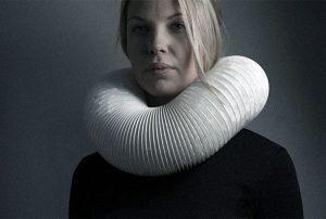 Kvinna med krage, fotografi av Irina Lindquist