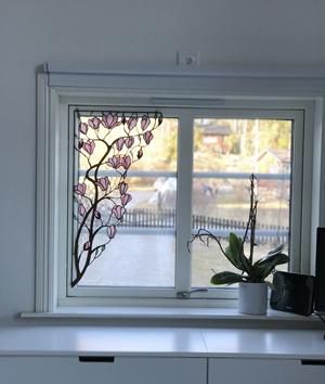Trädgren målat på fönster av Robin Fondin